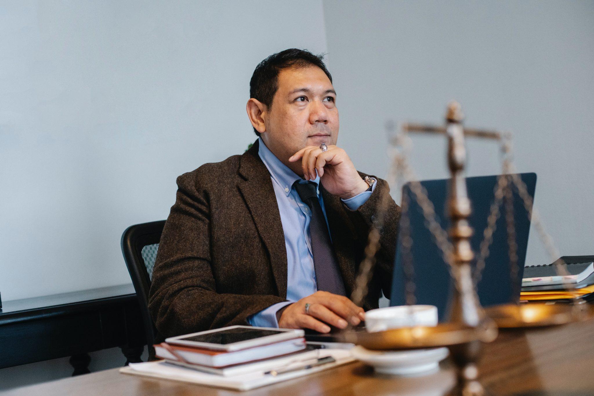 osoba siedząca w kancelarii prawnej